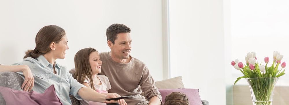 Glückliche Familie mit Internet